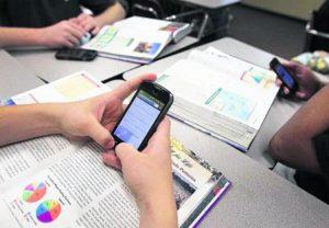 Francia prohibirá el uso de celulares en las escuelas