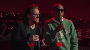 "Mirá a Bono y Pharrell Williams cantando ""Stayin' alive"""