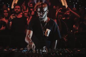 Black Coffee, el DJ sudafricano que toca con una mano