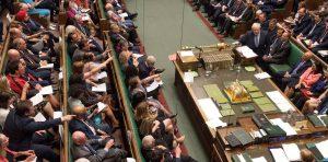 El parlamento británico le puso el freno al Brexit sin acuerdo
