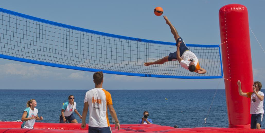 Bossaball: un deporte de verano que fusiona fútbol, voley, gimnasia y música - Radio Cantilo
